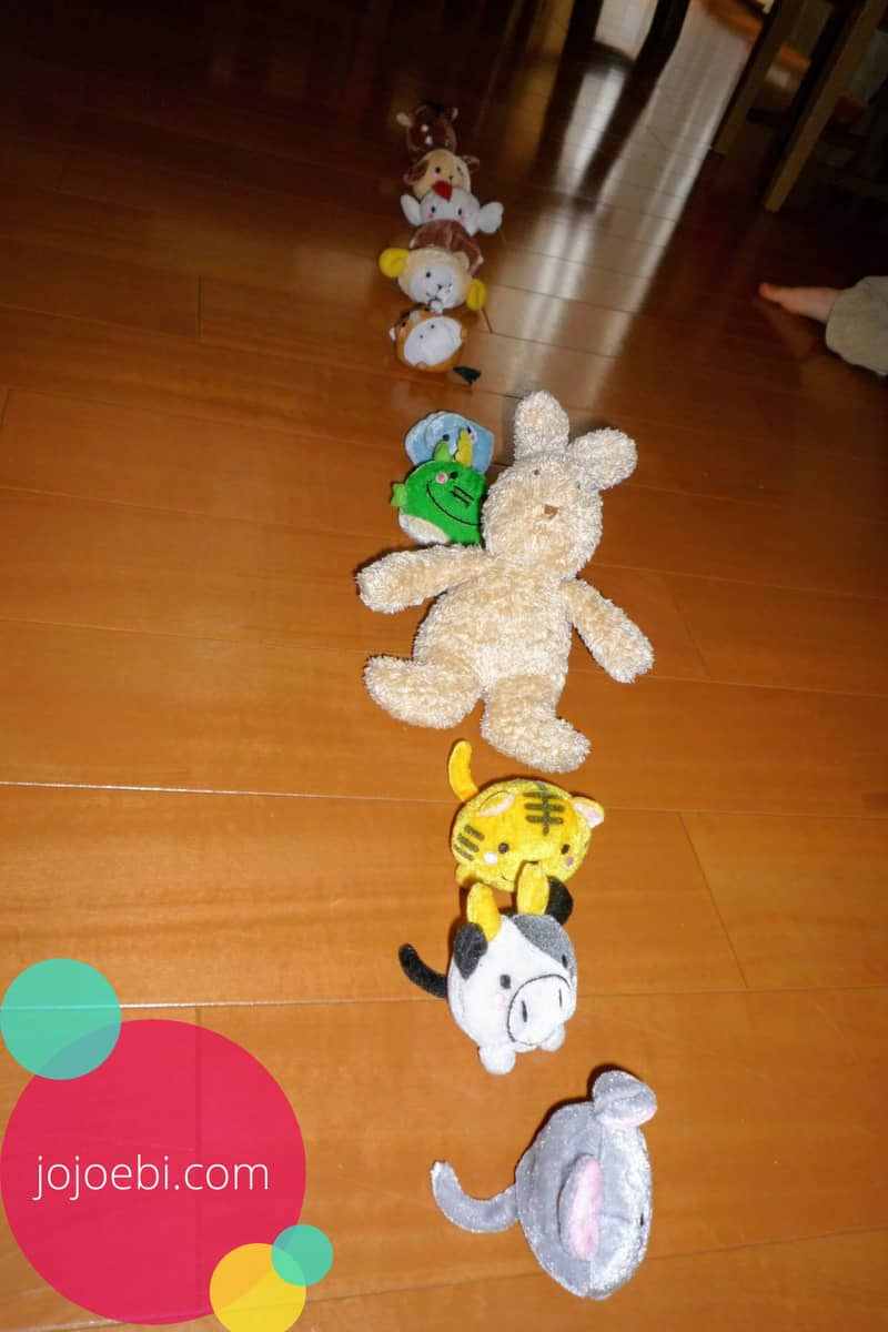 kids lined up toys to understand order